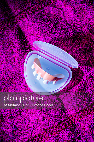 crooked teeth - p1149m2296677 by Yvonne Röder