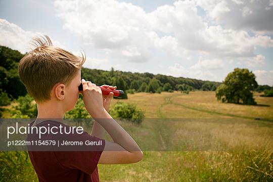 Kind mit Fernrohr an der alten Bult - p1222m1154579 von Jérome Gerull