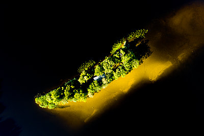 Drone view of island amidst lake in Bavaria, Germany - p300m2144294 by Hans Lippert