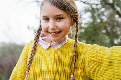 Cute girl in sweater smiling - p300m2282297 by Katharina Mikhrin