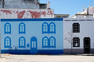 Bemalte Fassade in Olhão - p451m1586072 von Anja Weber-Decker