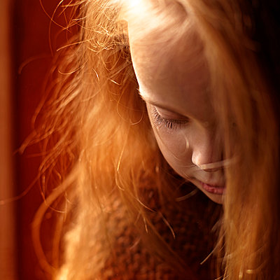 Close up of Caucasian girl looking down - p555m1419453 by Vladimir Serov