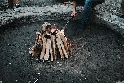 Feuer machen - p858m2007919 von Lucja Romanowska