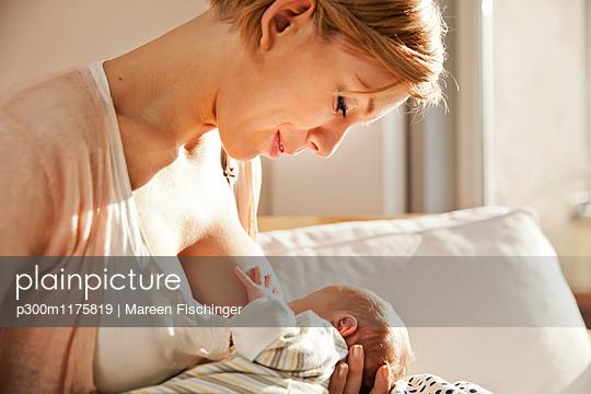 Mother breastfeeding her newborn baby - p300m1175819 by Mareen Fischinger