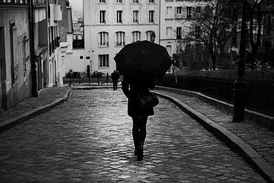 Frau mit Regenschirm - p1276m1092752 von LIQUID