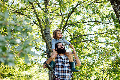 Father with kid on his shoulders in the forest - p300m2144786 by Sofie Delauw