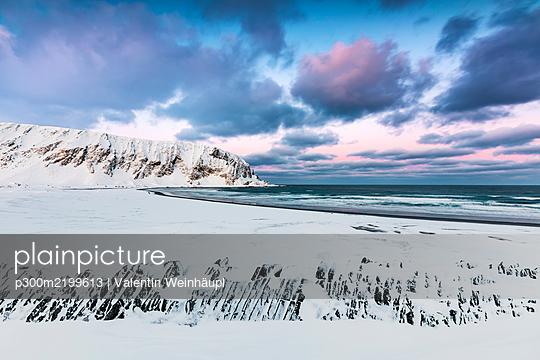 Beach in winter, Berlevag, rway - p300m2199613 by Valentin Weinhäupl