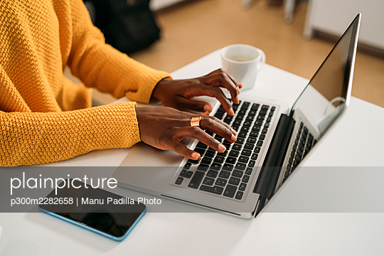 Almeria, Spain. young african girl working from home, video conferencing, youtuber concept - p300m2282658 von Manu Padilla Photo