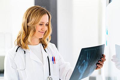 Adult woman doctor in a hospital, studio or clinic - p300m2266140 von Giorgio Fochesato