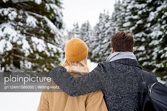 Junges Paar macht einen Winterspaziergang - p1124m1589300 von Willing-Holtz