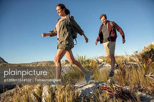 Paar auf einer Bergtour - p1355m1574102 von Tomasrodriguez
