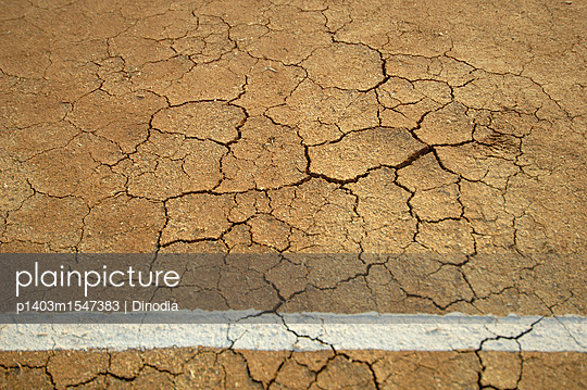 plainpicture | Photo library for authentic images - plainpicture p1403m1547383 - Cracked Earth on Cricket Field - plainpicture/Universal Images Group/Dinodia