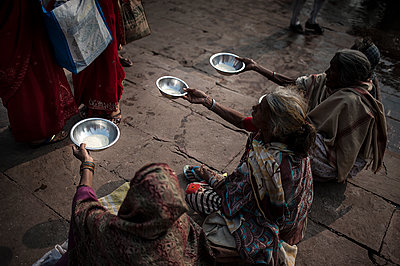 Three beggars handing stainless plates - p1007m1144349 by Tilby Vattard