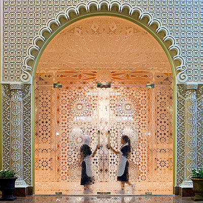 Service staff at the entrance of a luxury hotel, VAE - p1542m2142377 by Roger Grasas