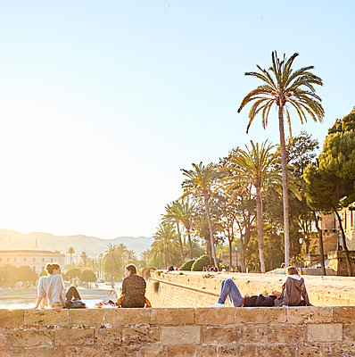 People relaxing in Parque del Mar - p885m1424897 by Oliver Brenneisen