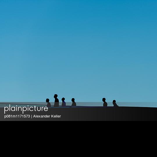 Silhouette von gehenden Menschen - p081m1171573 von Alexander Keller
