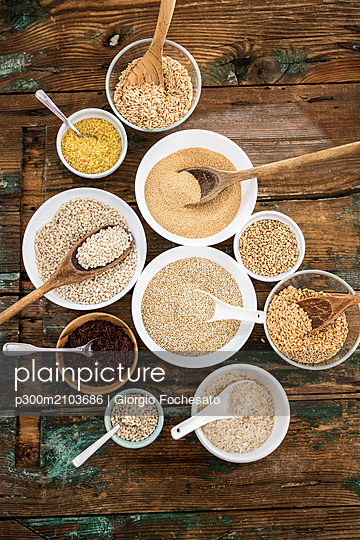 Cereal mix: red rice, barley, amaranth, quinoa, rice, bulgur, spelt, oats and buckwheat - p300m2103686 by Giorgio Fochesato