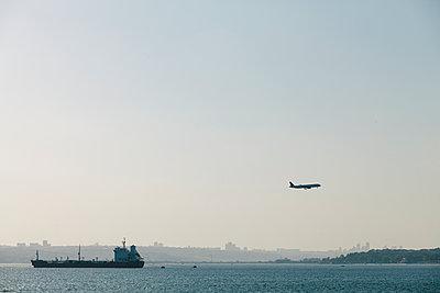 Turkey, Istanbul, Airplane landing - p300m1189339 by Borislav Zhuykov