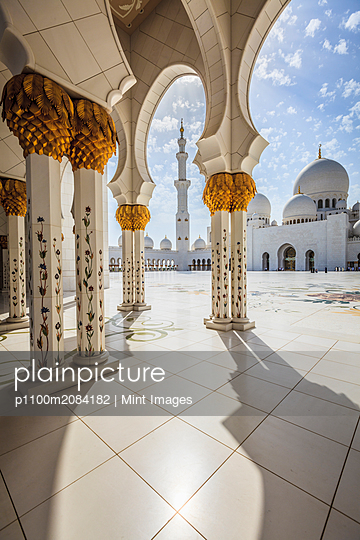 Ornate columns of Sheikh Zayed Grand Mosque, Abu Dhabi, United Arab Emirates,Abu Dhabi, UAE, UAE - p1100m2084182 by Mint Images