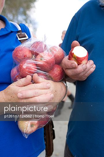Äpfel essen - p1261m1124562 von tromp l'oeil