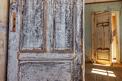 Open doors - p1065m885945 by KNSY Bande
