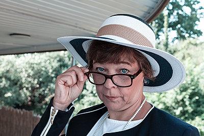 Ernst blickende Frau, schaut über ihre Brille - p1168m1590058 von Thomas Günther