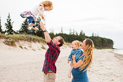 Familienausflug an den Strand - p796m1558664 von Andrea Gottowik