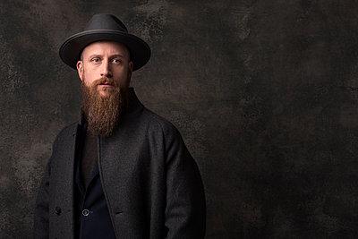 Man with hat, portrait - p947m2175989 by Cristopher Civitillo