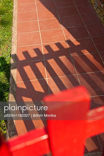 Silhouette eines Holzzaunes - p533m1182327 von Böhm Monika