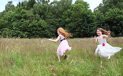 Little girls on a meadow - p045m944678 by Jasmin Sander