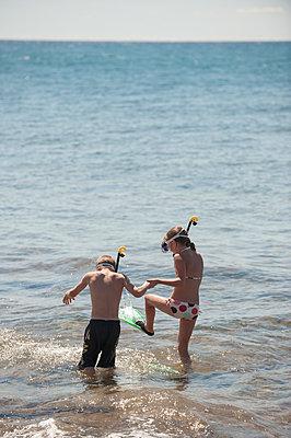 Zwei Kinder planschen im Meer - p1437m1502362 von Achim Bunz