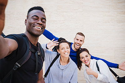 Cheerful athlete friends taking selfie in front of wall - p300m2265079 by Eva Blanco