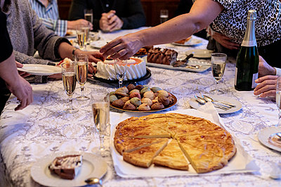 Cakes on party table - p445m1515100 by Marie Docher