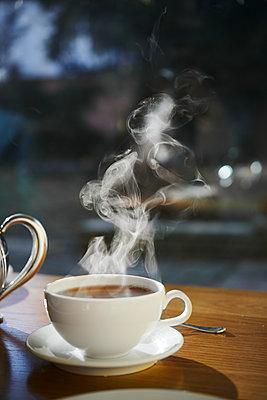 Teetasse im Gegenlicht am Morgen - p954m2151015 von Heidi Mayer