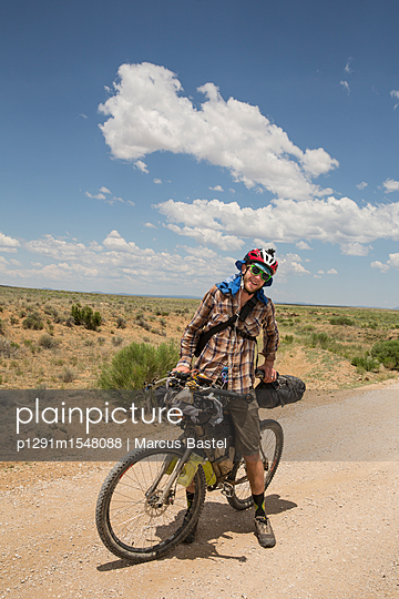 Touring cyclist on mountain bike - p1291m1548088 by Marcus Bastel