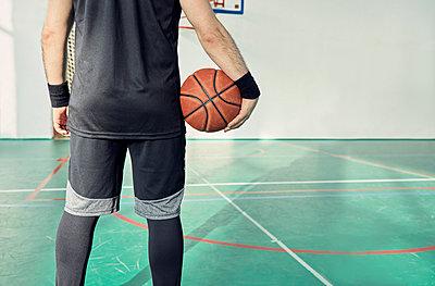 Man with basketball, indoor - p300m1586995 von Zeljko Dangubic