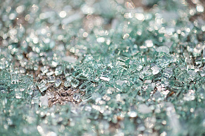 Broken glass - p5860329 by Kniel Synnatzschke