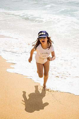 Girl at the beach - p756m2054497 by Bénédicte Lassalle