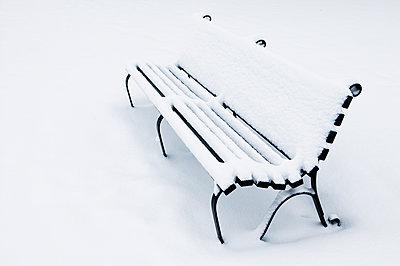 Verschneite Parkbank - p1057m1115522 von Stephen Shepherd