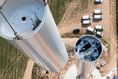 Setting up a wind turbine - p1079m880929 by Ulrich Mertens