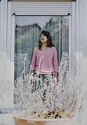 Frau blickt durch eine Glastür - p1279m1286198 von Ulrike Piringer