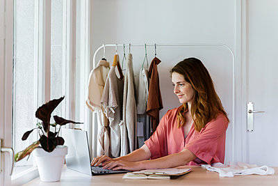 Female fashion designer using laptop while working at home - p300m2287130 by VITTA GALLERY
