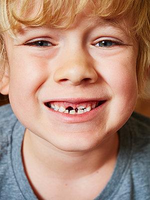 Kleiner Junge zeigt seine Zähne - p358m2099207 von Frank Muckenheim