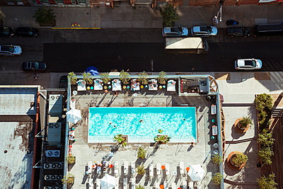 Hochwertiger Pool - p432m1189822 von mia takahara