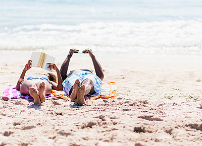 Couple relaxing together on beach - p555m1420282 by JGI/Daniel Grill