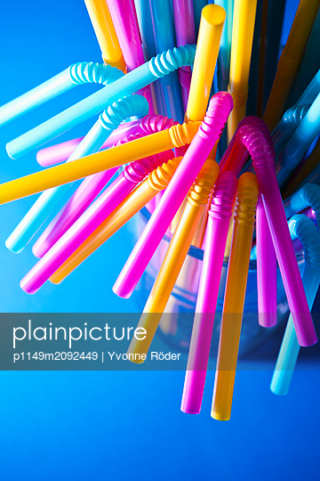 Drinking straws made of plastic - p1149m2092449 by Yvonne Röder