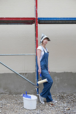 Woman almost finished painting a house - p4540961 by Lubitz + Dorner