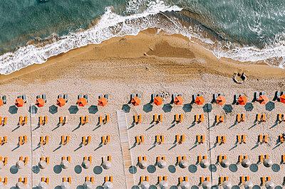 Many parasols on the beach, Zakynthos, drone photography - p713m2289190 by Florian Kresse