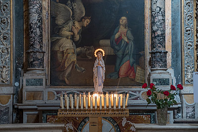 Candles in front of altar in Rome - p1437m2008237 by Achim Bunz