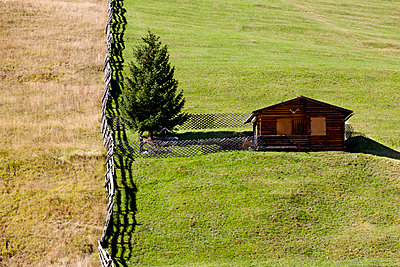 Almhütte am Berghang - p248m952982 von BY